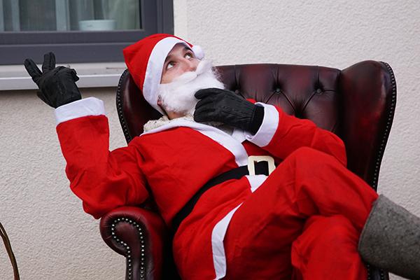 Der Weihnachtsmann auf einem Sessel