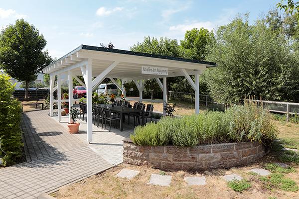 Das Pavillon der Begegnung im Garten der Seniorenresidenz